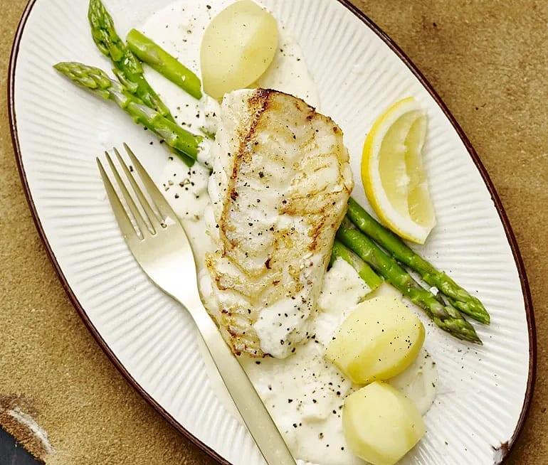 Stekt fisk med sparris och citronsås