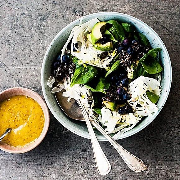 Svart quinoasallad med avokado och blåbär