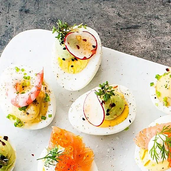 Ägghalvor med avokado och rädisa