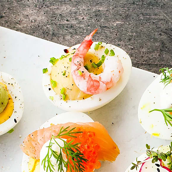 Deviled eggs med sardeller och räkor