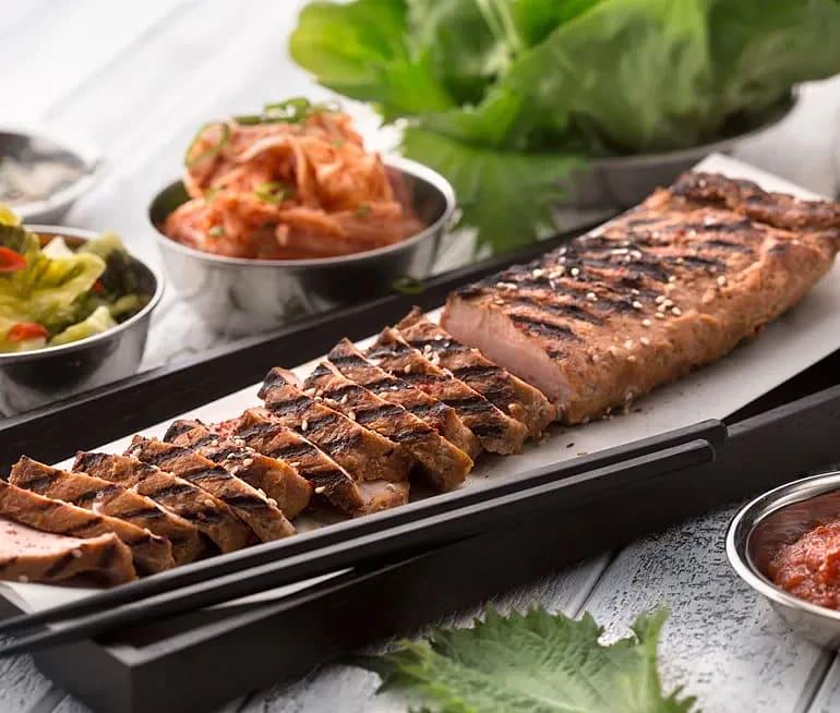 Grillspjut med kimchi, gröna blad och Ssamjang