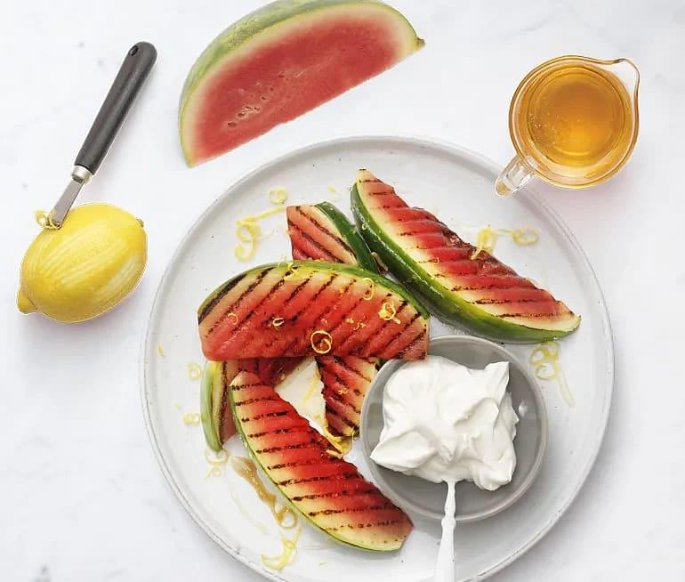 Grillad vattenmelon med yoghurt och citron- och lakritshonung