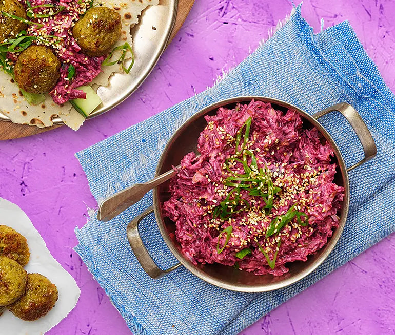 Falafel i tunnbröd och rödbetssallad med vitlök och sesam
