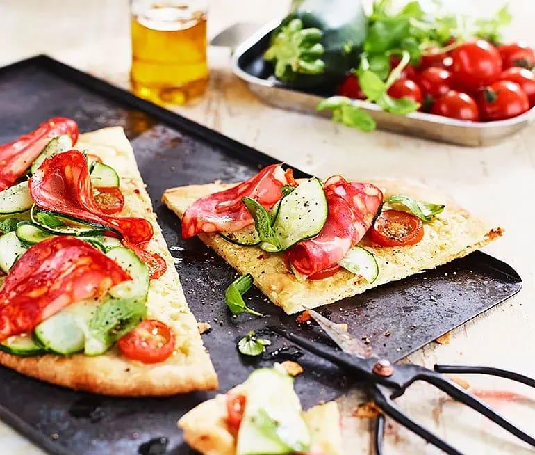Pizza bianco med råmarinerad zucchini och chorizo