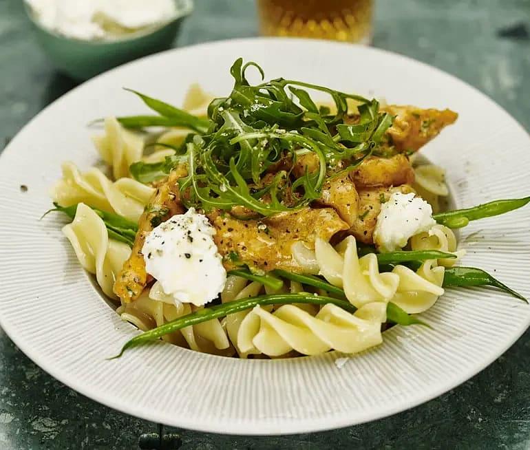 Kycklingpasta med mozzarella och rucola