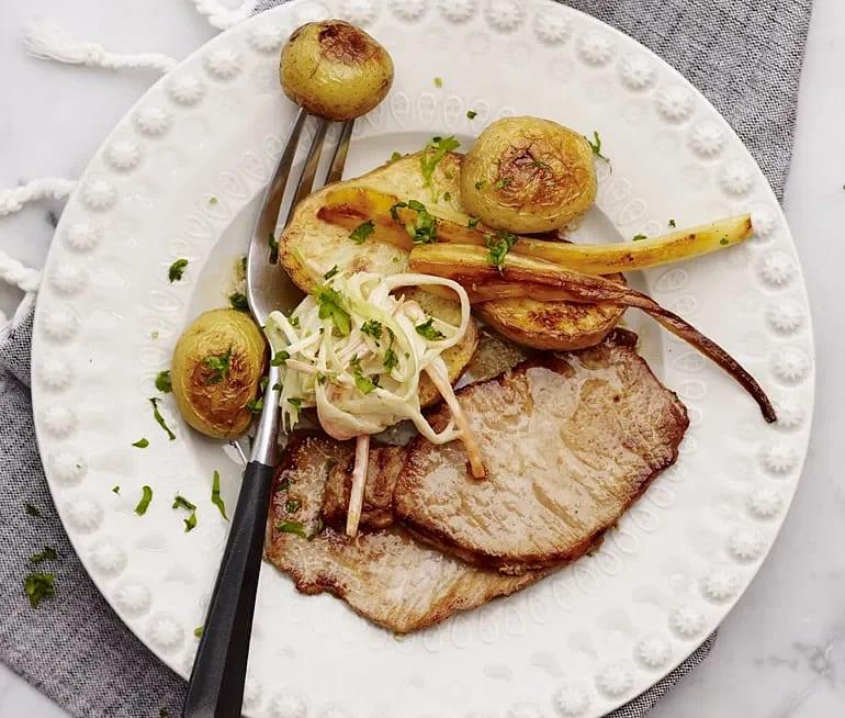 Kotlett med coleslaw och rostad potatis