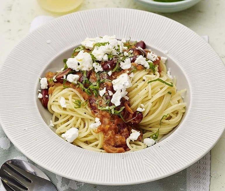 Spaghetti med tomatsås och fetaost