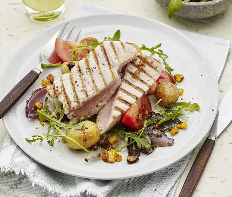 Halstrad tonfisk med tapenadepotatis och tomat