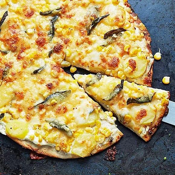 Majspizza med färskost och potatis