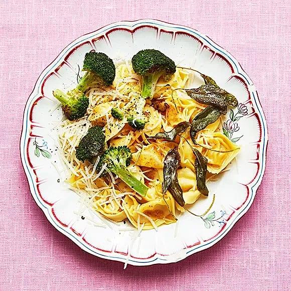 Tortellini med broccoli och smörig salvia