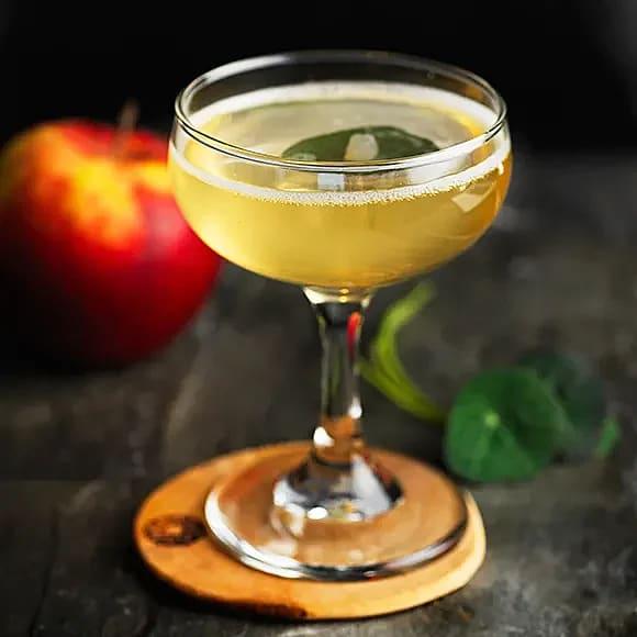 Drink med äpple, druvor och bubbel