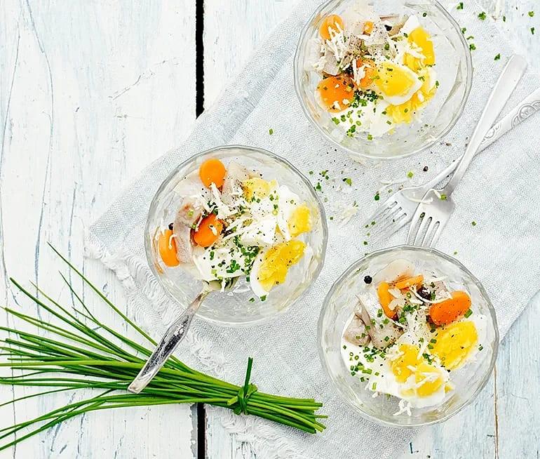 Sill i glas med ägg, gräslök och pepparrot
