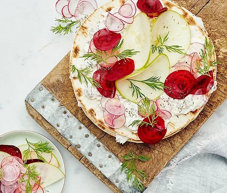 Silltårta med tunnbröd, rödbetor och äpple