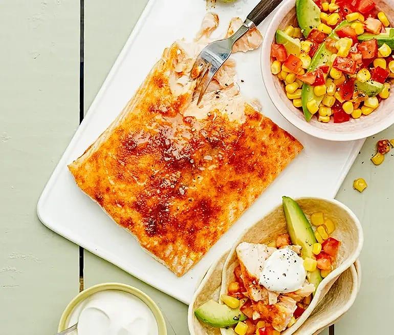 Laxtaco med majs och tomatsallad