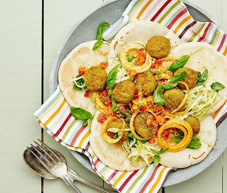 Spetskålssallad med tomat och basilika