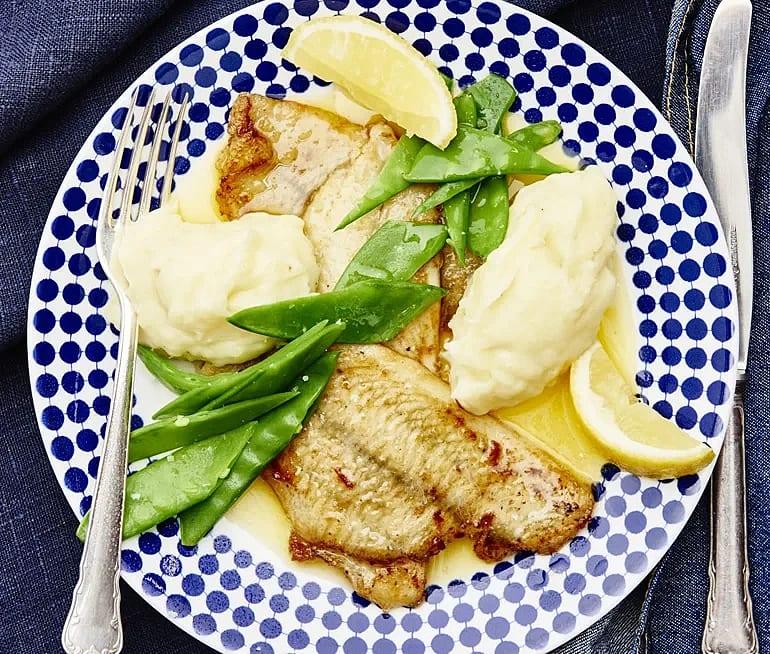 Stekt spätta med citron och sockerärtor
