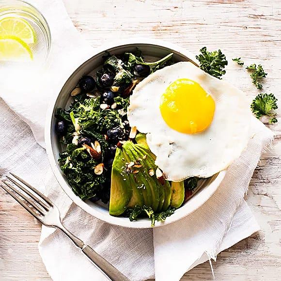 Frukostsallad med avokado och grönkål