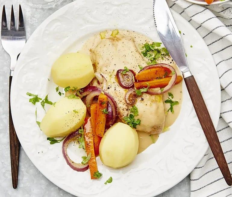 Kyckling med persiljestekta morötter och gräddsås
