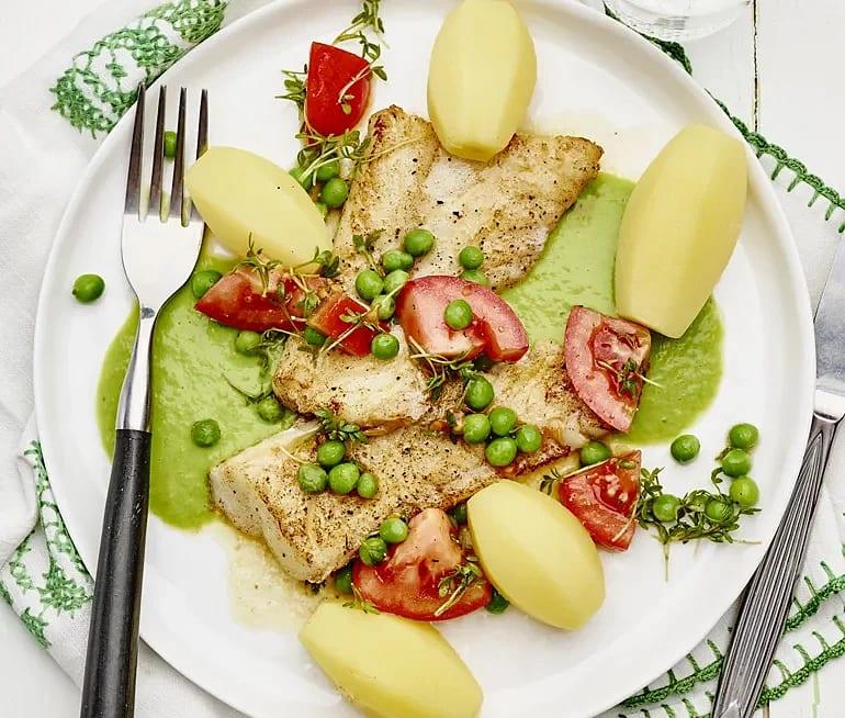 Stekt fisk med ärtsås och tomatsallad