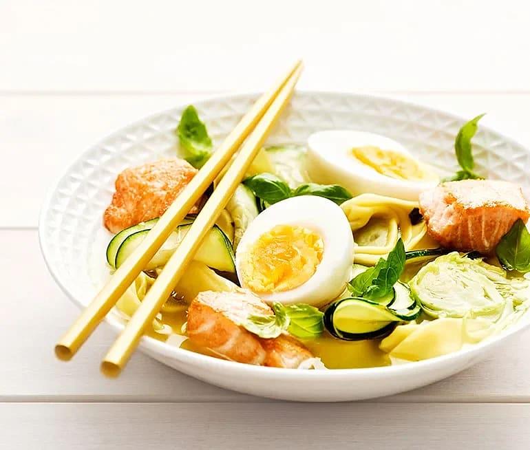 Lax i buljong med ägg, brysselkål och tortelloni