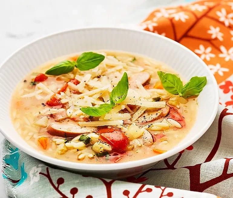 Korvsoppa med risoni, basilika och parmesan