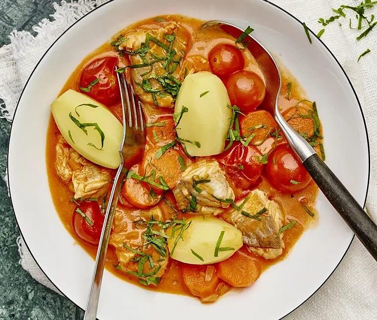 Mild fiskgryta med tomat och persilja