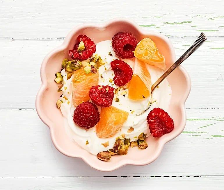 Yoghurt med hallon och pistagenötter