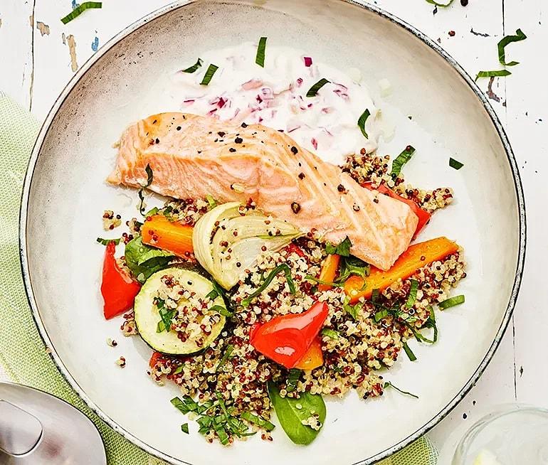 Quinoasallad med rostade grönsaker, lax och rödlökskvarg