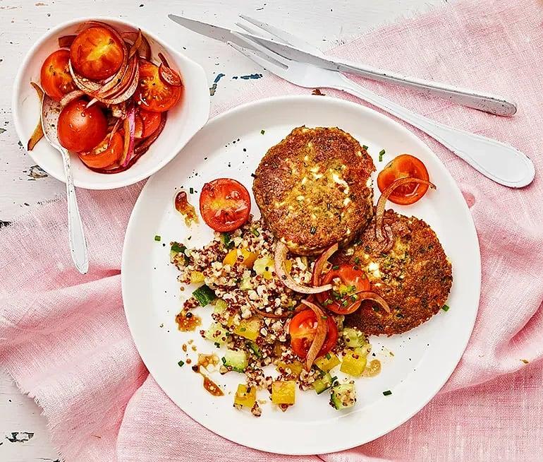 Lins- och fetaostbiffar med gräslök och tomatsallad