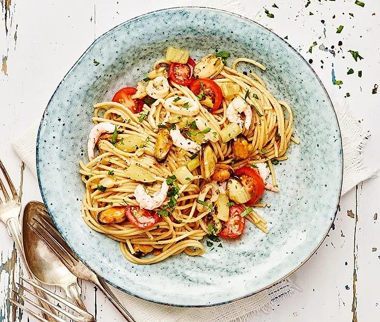 Pasta med skaldjur, vitt vin och persilja