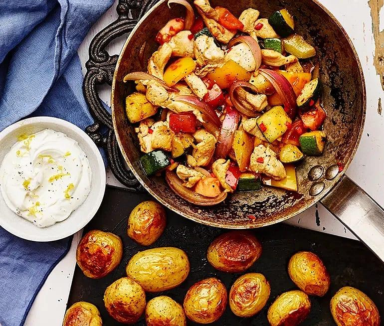 Kyckling- och grönsakspanna med rostad potatis och citronyoghurt