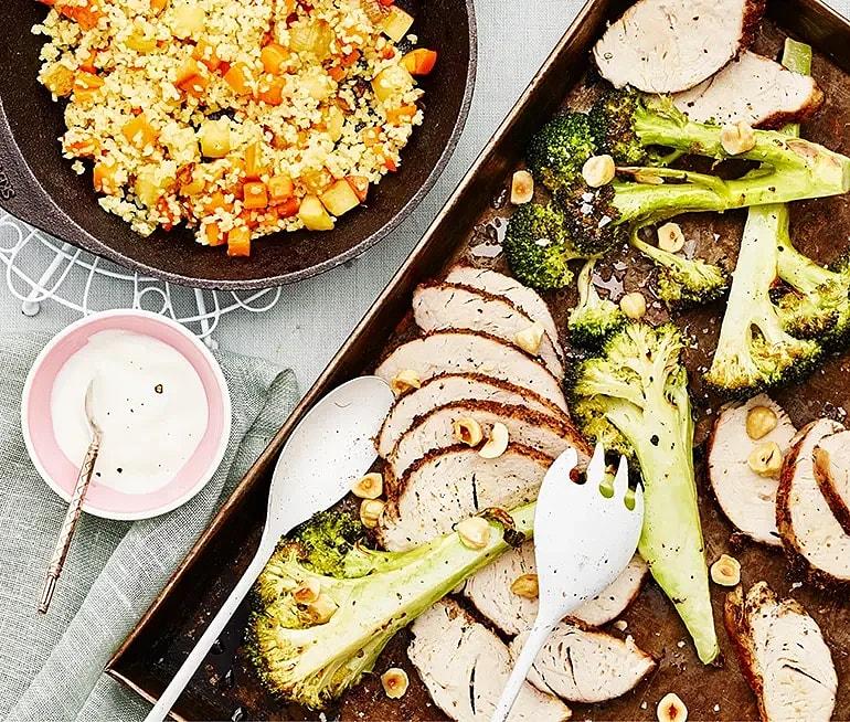 Pepparrostad kalkon med rotsaksbulgur, broccoli och gräddfil