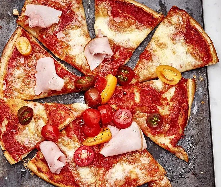 Glutenfri pizza med skinka och cocktailtomater