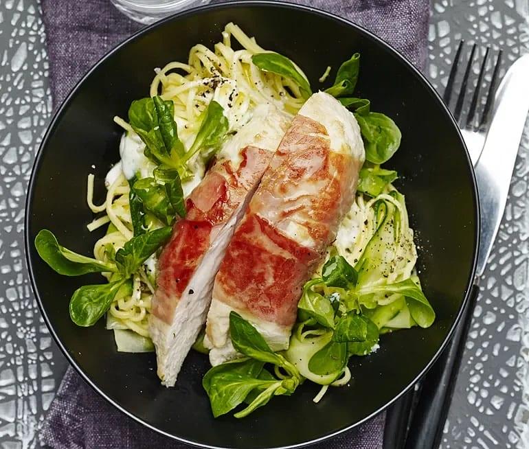Prosciuttolindad kyckling med hyvlad zucchini