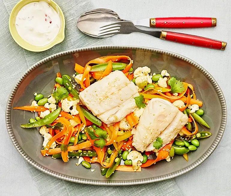 Pocherad torsk med råmarinerade grönsaker och chiliyoghurt