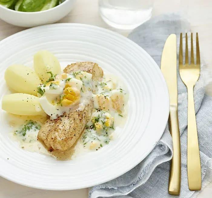 Torsk med äggsås och citronmarinerad minigurka