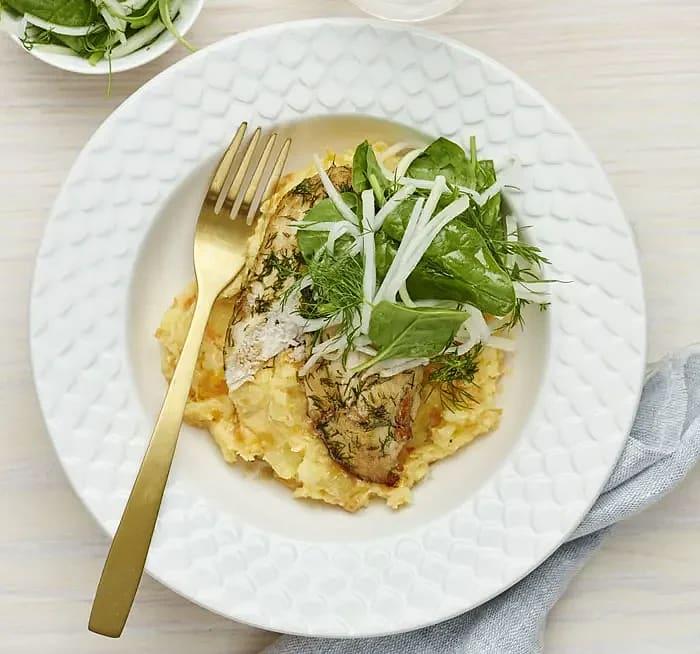 Dillstekt kyckling med mos och syrad kålrabbi