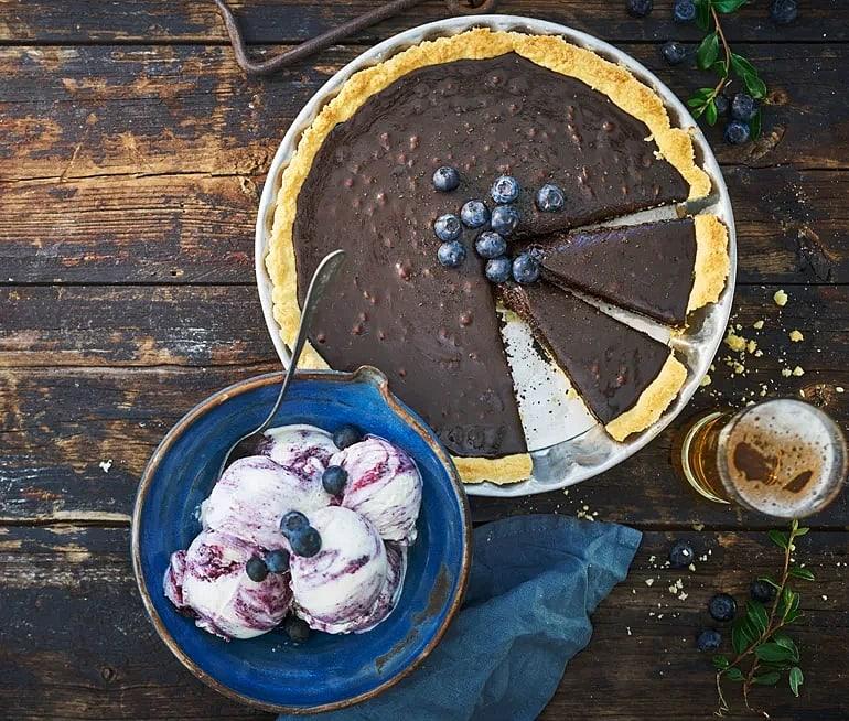 Saltlakritskolapaj med blåbärsglass