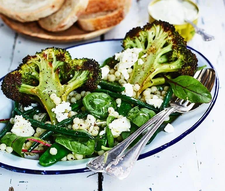 Ljummen sallad med broccoli, bönor, pärlcous-cous och avokadodressing