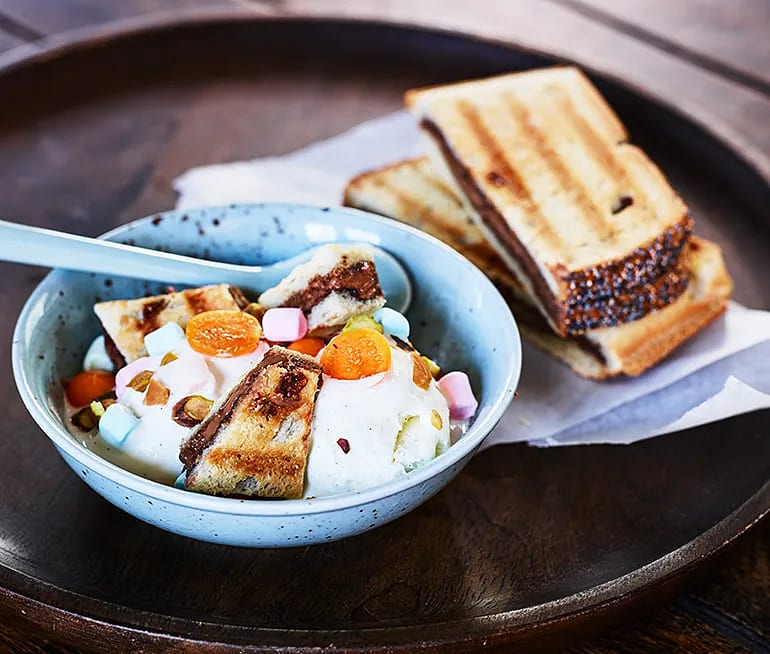 Nougattoast med glass, pistasch, physalis och marshmallows