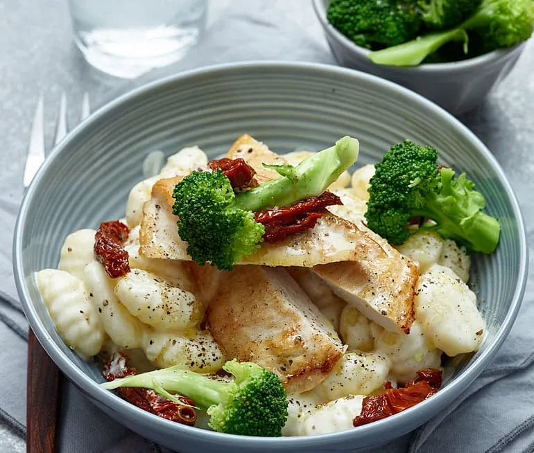 Kyckling med krämig gnocchi och broccoli