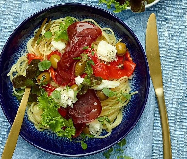 Pasta mozzarella med bresaola och oliver