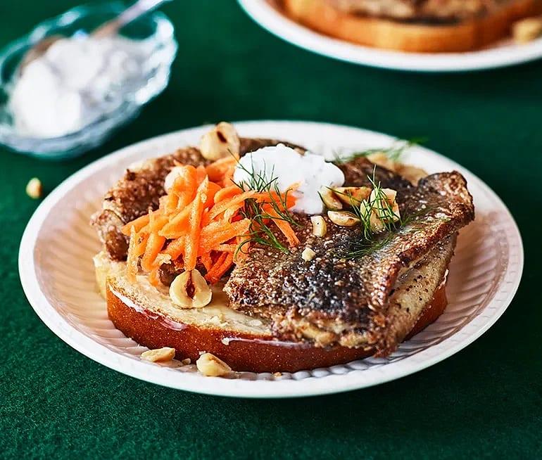 Macka med stekt inlagd strömming, dillyoghurt och picklad morot