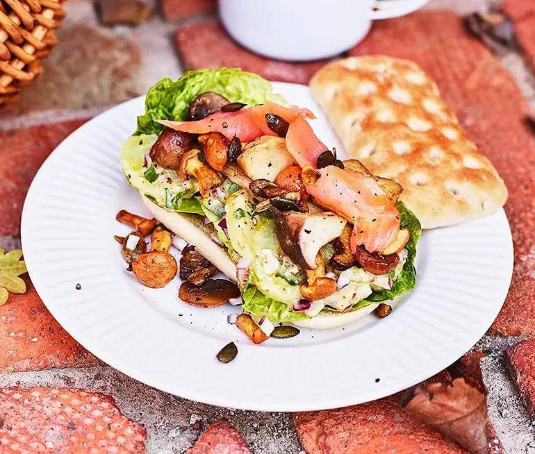 Rostad macka med potatis, skogssvamp och kallrökt lax