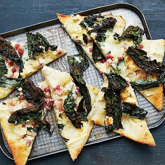 Pizza bianco med svartkål och ädelost
