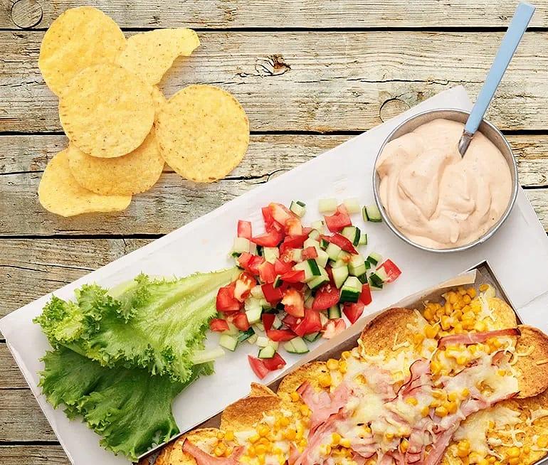 Gratinerade nachos med majs och rökt kalkon
