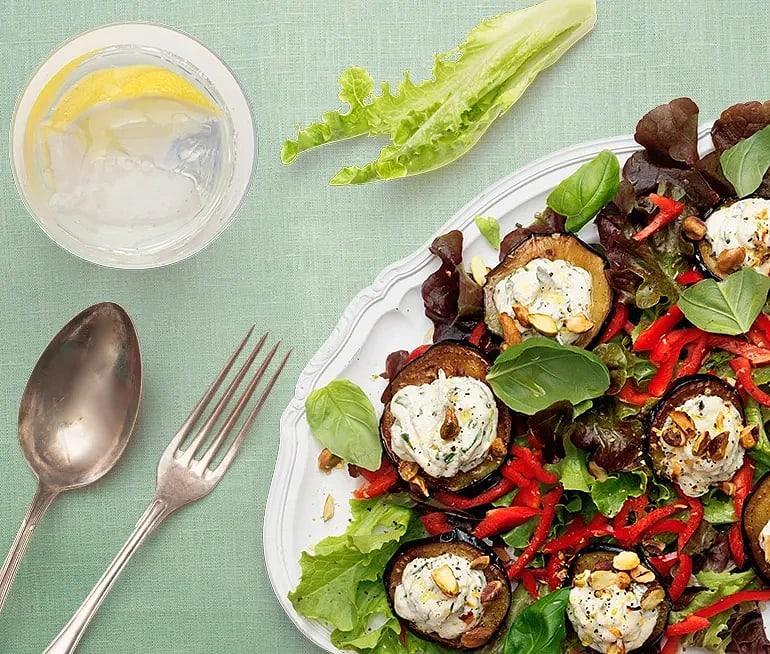 Sallad med aubergine, basilikafärskost och rostade pistagenötter
