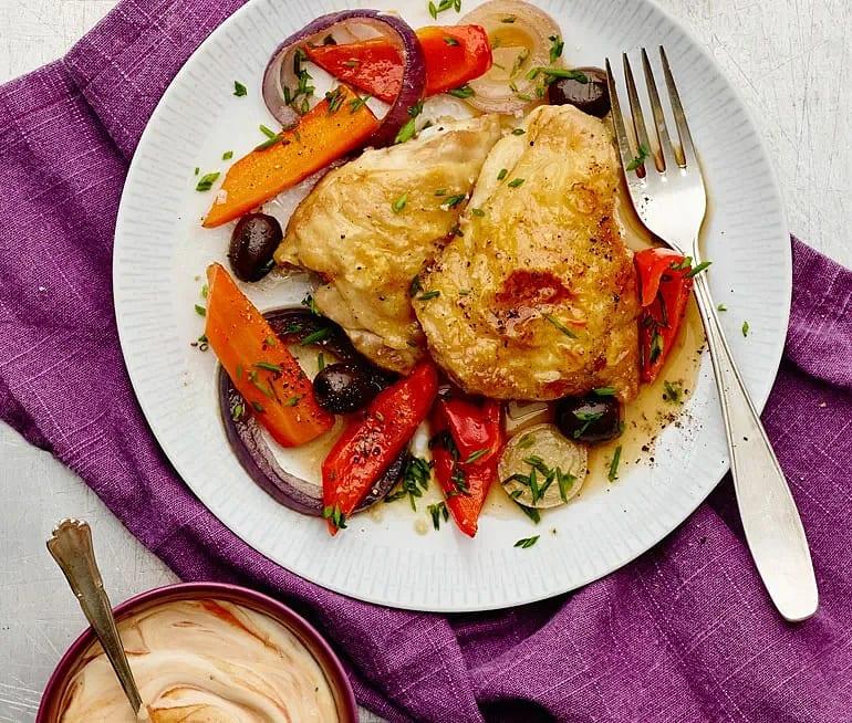Kycklinglår i ugn med lök, paprika och oliver