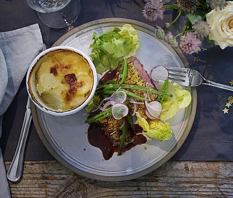 Parmesan- och basilikabakad ryggbiff med jordärtskocksgratäng