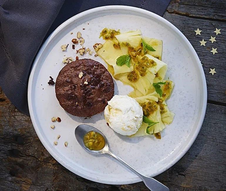 Choklad- och pecannötsbakelse med ananassallad
